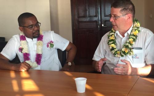 Le Président en grande discussion avec le Maire de la commune de Mtsamboro